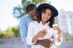 Jeunes couples ambitieux heureux une date Image stock