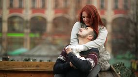 Jeunes couples amoureux attrayants heureux embrassant et embrassant extérieur Concept de Joyeux Noël et de nouvelle année Bonne h banque de vidéos