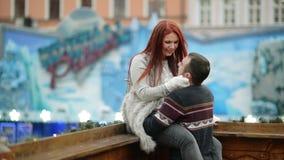 Jeunes couples amoureux attrayants heureux embrassant et embrassant extérieur Concept de Joyeux Noël et de nouvelle année Bonne h clips vidéos