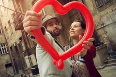 Jeunes couples appréciant dans leur romance Image stock