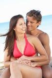 Jeunes couples appréciant des vacances de plage Photos libres de droits