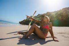 Jeunes couples appréciant des vacances sur la plage Photos stock