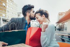 Jeunes couples appréciant en café extérieur après l'achat Image libre de droits