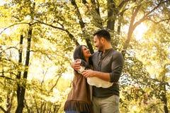 Jeunes couples appréciant ensemble en parc Photographie stock libre de droits