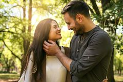 Jeunes couples appréciant ensemble en parc Image libre de droits