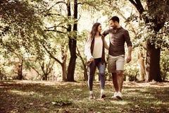 Jeunes couples appréciant ensemble en parc Photos stock