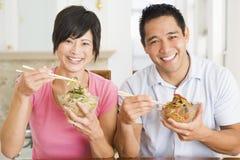 Jeunes couples appréciant la nourriture chinoise Photographie stock libre de droits