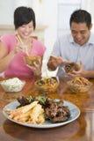 Jeunes couples appréciant la nourriture chinoise Photos libres de droits