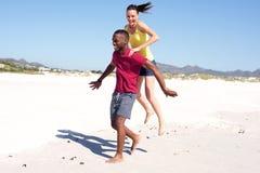 Jeunes couples appréciant la plage Images libres de droits