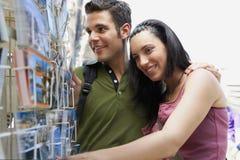 Jeunes couples appréciant la vue à Barcelone Images libres de droits