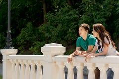 Jeunes couples appréciant la vue d'un pont Photographie stock libre de droits