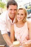 Jeunes couples appréciant le café Photographie stock