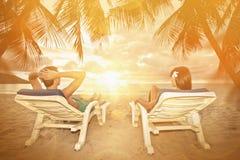 Jeunes couples appréciant le coucher du soleil Photo stock