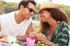 Jeunes couples appréciant le déjeuner dehors ensemble Photos libres de droits