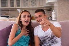 Jeunes couples appréciant le film de comédie à la maison Image libre de droits