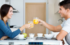 Jeunes couples appréciant le petit déjeuner dans la cuisine Photos libres de droits