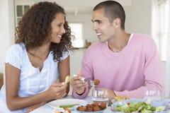 Jeunes couples appréciant le repas à la maison Photos stock