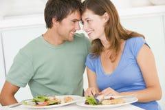 Jeunes couples appréciant le repas Photographie stock libre de droits
