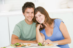 Jeunes couples appréciant le repas Photographie stock