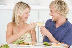 Jeunes couples appréciant le repas Photos stock
