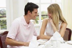 Jeunes couples appréciant le repas d'hôtel Photo stock