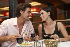Jeunes couples appréciant le repas dans le restaurant Photos stock