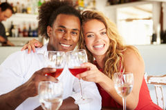 Jeunes couples appréciant le repas dans le restaurant extérieur Photo libre de droits