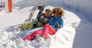Jeunes couples appréciant leurs vacances d'hiver Photographie stock libre de droits