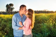 Jeunes couples appréciant un baiser passionné Image libre de droits
