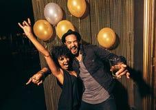 Jeunes couples appréciant une partie au club Photo stock