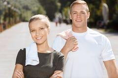 Jeunes couples après avoir formé dehors Image libre de droits