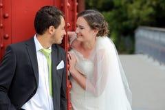 Jeunes couples après l'avoir épousé face à face Images libres de droits