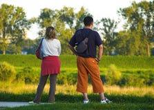 Jeunes couples/après-midi de Sathurday à la promenade Image libre de droits
