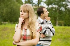 Jeunes couples après querelle à l'extérieur Photos libres de droits