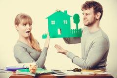 Jeunes couples argumentant au sujet de l'avenir Images stock