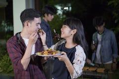 Jeunes couples asiatiques appréciant un dîner et un groupe romantiques de frie Photo libre de droits