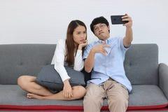 Jeunes couples asiatiques attrayants prenant une photo ou un selfie ensemble dans le salon Concept de personnes d'histoires d'amo photo stock