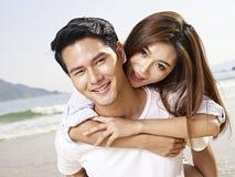 Jeunes couples asiatiques ayant l'amusement sur la plage Image libre de droits