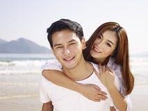 Jeunes couples asiatiques ayant l'amusement sur la plage Images stock