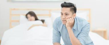 Jeunes couples asiatiques ayant l'argument et se disputant les uns avec les autres image stock