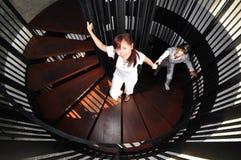 Jeunes couples asiatiques dans des escaliers s'?levants d'amour Images stock