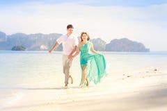 Jeunes couples asiatiques heureux sur la lune de miel Photos stock