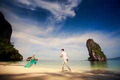 Jeunes couples asiatiques heureux sur la lune de miel Image libre de droits