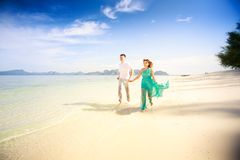 Jeunes couples asiatiques heureux sur la lune de miel Image stock