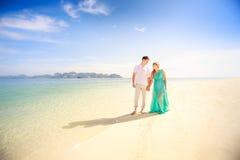 Jeunes couples asiatiques heureux sur la lune de miel Images libres de droits