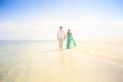 Jeunes couples asiatiques heureux sur la lune de miel Photographie stock libre de droits