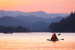 Jeunes couples asiatiques kayaking chez Kangkajan Photo libre de droits