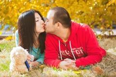 Jeunes couples asiatiques l'amour et en ayant l'amusement d'automne Image libre de droits