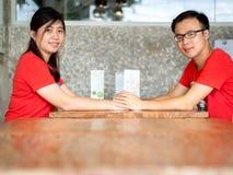 Jeunes couples asiatiques tenant des mains photographie stock libre de droits