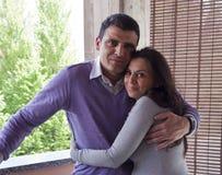 Jeunes couples attendant la chéri Photos stock